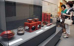 大正時代に使われた嫁入り道具などが並び、撮影できる企画展=亀山市歴史博物館で