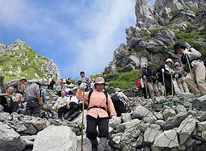 すれ違う登山客でいっぱいの登山道=中央アルプス宝剣岳登山道で