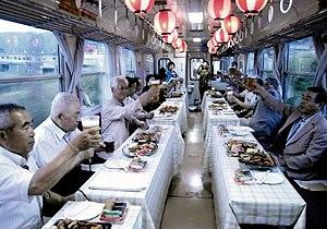 「ビール列車」で祝杯を上げる人たち=恵那市の明知鉄道車内