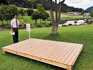 一里野公園に設置された「芝床」。飲食物を出前注文できるのが特徴だ=白山市尾添で