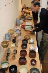 半額から7割引きになった「わけあり」の作品が並ぶ=豊橋市の朝日画廊で