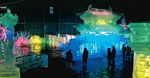 蛍光灯や発光ダイオードで浮かぶ氷の芸術「氷燈祭」