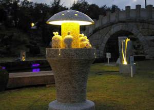 ライトアップされ、幻想的な雰囲気を醸し出す石彫作品=中津川市蛭川で
