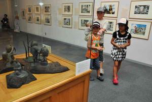 妖怪のブロンズ像も展示された会場=池田町立美術館で
