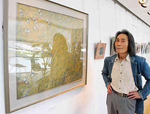 作品展を開いた佐伯さん=射水市鳥取の大島絵本館で