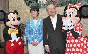 ディズニーの仲間たちに囲まれ笑顔を見せる神田知事(右から2人目)=県公館で