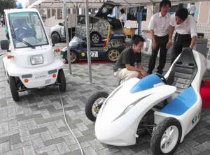 個性あふれるデザインの電気自動車=津市の三重大で
