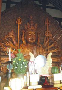 本尊の十一面千手千眼観世音菩薩座像。この胎内に高さ9センチの立像が納められている=安土町石寺の観音正寺で