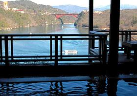 恵那峡グランドホテルの露天風呂から望む恵那峡と遊覧船
