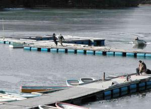 ボートを使うなどして桟橋を西へ移動させる作業=恵那市と中津川市境の保古の湖で