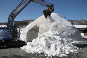 周辺から雪をかき集めて作られる巨大なかまくら=高山市清見町夏厩の飛騨プラネタリウムで