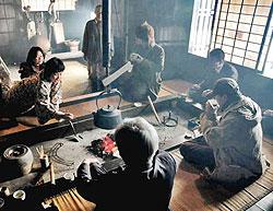 煙が立ち上るいろりでお茶などの接待がある飯島陣屋