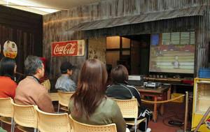 昔の駄菓子屋セットを利用したシアター=多治見市笠原中央公民館で