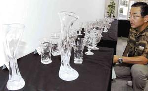 曲線美が印象的な吹きガラス作品=鈴鹿市寺家で