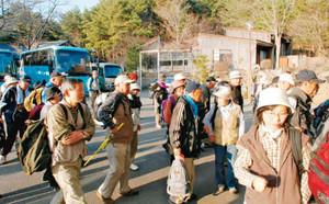 初日の行程を「完歩」した参加者=塩尻市片丘で