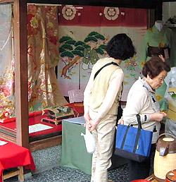 商家の店内に展示されている花嫁のれん(奥)