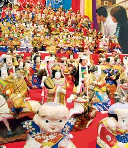 端午の節句用の土人形が並ぶ会場=瑞浪市明世町山野内の市陶磁資料館で
