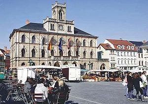 マーケットやカフェが立ち、地元の人や観光客でにぎわう市庁舎広場=いずれもワイマールで