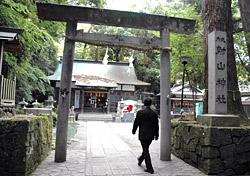杉の大木に囲まれた射山神社