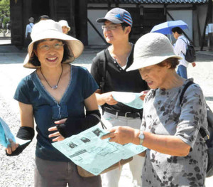 地下鉄沿線のウオーキングで、地図を見て行き先を確認する参加者=名古屋市東区筒井1の建中寺で