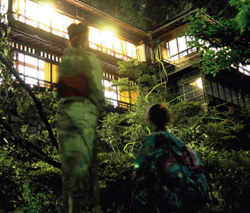 幻想的な光を放ち、ホタルが舞う湯之島館の中庭