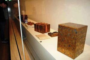 江戸の将軍家に仕えていた蒔絵師の作品とされる貴重な「菊唐草蒔絵重箱」(右)=福井市立郷土歴史博物館で