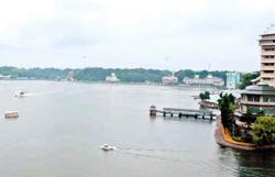 浜名湖を巡る遊覧船と浮見堂