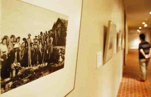 集団登山の記念写真など貴重な山岳写真が並ぶ会場=安曇野市の市豊科近代美術館で