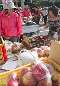 新鮮な農産物の朝市を楽しむ観光客ら=松本市の美ケ原温泉ホテル翔峰で