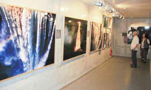 白川さんが撮影した世界中の滝の写真が展示されている作品展=高岡市福岡町のミュゼふくおかカメラ館で