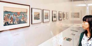 歌川広重の作品を中心に旅人の姿が描かれた浮世絵が並ぶ会場=豊橋市二川宿本陣資料館で