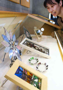ステンドグラスで作った置き時計や装飾品が並ぶ作品展=高島市の今津図書館で