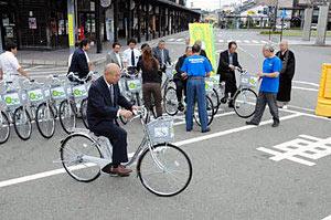 電動アシスト自転車の出発式で試乗する関係者=輪島市河井町で