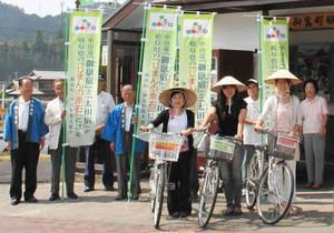 御嶽宿散策の足として活躍する3台のレンタル自転車=御嵩町の御嵩駅前で