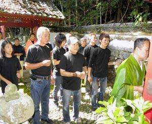 信康廟で「二俣一夜城」の安全を祈願するメンバーら=浜松市天竜区の清瀧寺で