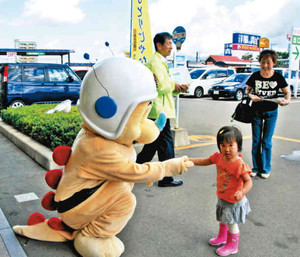 買い物客に県民講座開催をPRするリュウピー君=福井市大和田町で