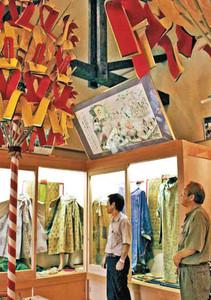 日向神楽の衣装や小物、資料など約300点を展示した館内=坂井市丸岡町の長畝日向神楽伝承館・資料館で