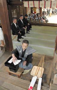本祭の巡行順を決める「本くじ」を引く曳山の責任者=大津市の天孫神社で