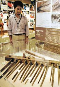 一般公開される飛鳥時代の馬鍬=氷見市立博物館で