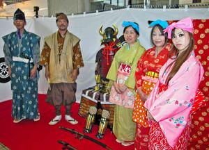 室町時代末期を再現した衣装で観光客を案内する5人=福井市役所で