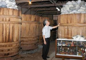 みそパークで見学できる味噌蔵の内部。右手前は三河土人形=西尾市吾妻町で