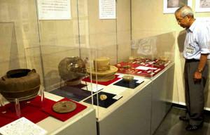 南信州の山城から発掘された遺物がそろう企画展=飯田市で