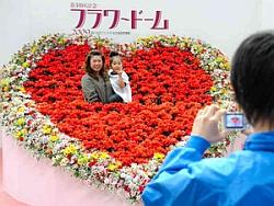 会場内に設けられた撮影スポットで記念写真を撮る親子連れ=名古屋市東区のナゴヤドームで