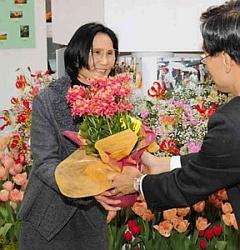 「街で見つけた環境緑化写真」で最優秀賞を受賞した豊島八代子さん(左)