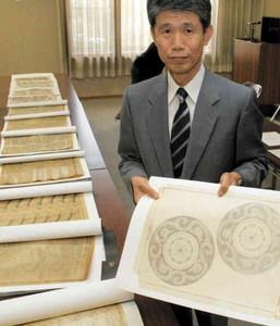 寄贈した加藤延三の版下原画などを手にする禎宏さん=多治見市東町の県陶磁資料館で