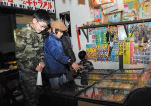 昔懐かしい駄菓子屋で、ずらりと並んだお菓子を選ぶ子どもたち=岐阜市大宮町の市歴史博物館で