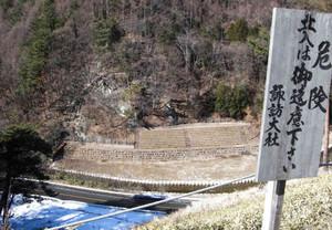 木落し坂の上から望む有料観覧席=下諏訪町で