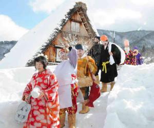 七福神の装いで練り歩くメンバー=白川村荻町の合掌造り民家園で