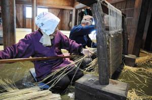 夫婦息を合わせてむしろを織る中谷康雄さんとみす子さん