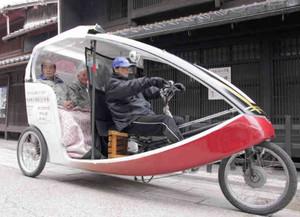 城西学区のお年寄りらを中心に運行している自転車タクシー=彦根市本町で